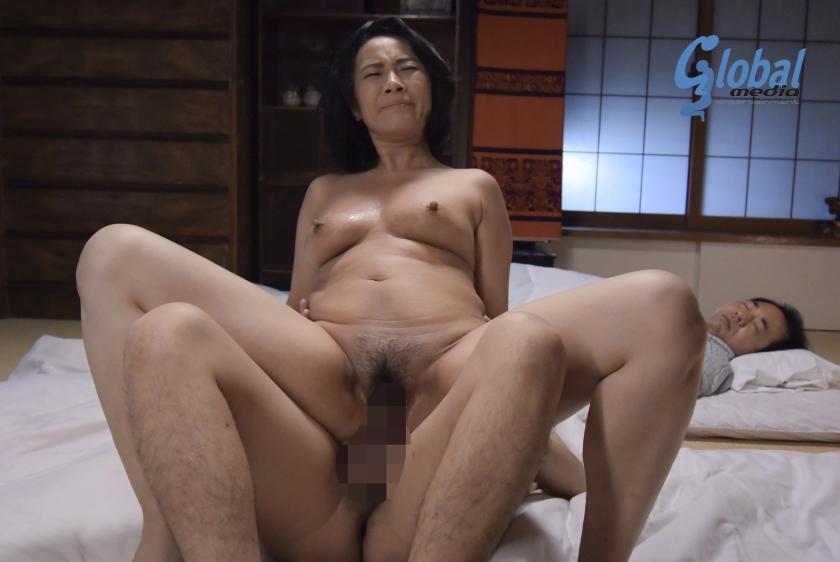 エロ画像 夫の寝ている横で息子の性技に溺れる母 中山香苗【三次元】