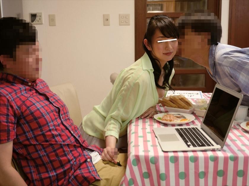 エロ画像 母親と息子が机の下でこっそり近親相姦ゲーム 2【三次元】